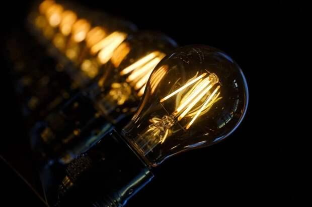 Работники «Жилищника» заменили лампочки в подъездах домов на Николая Химушина и Открытом шоссе