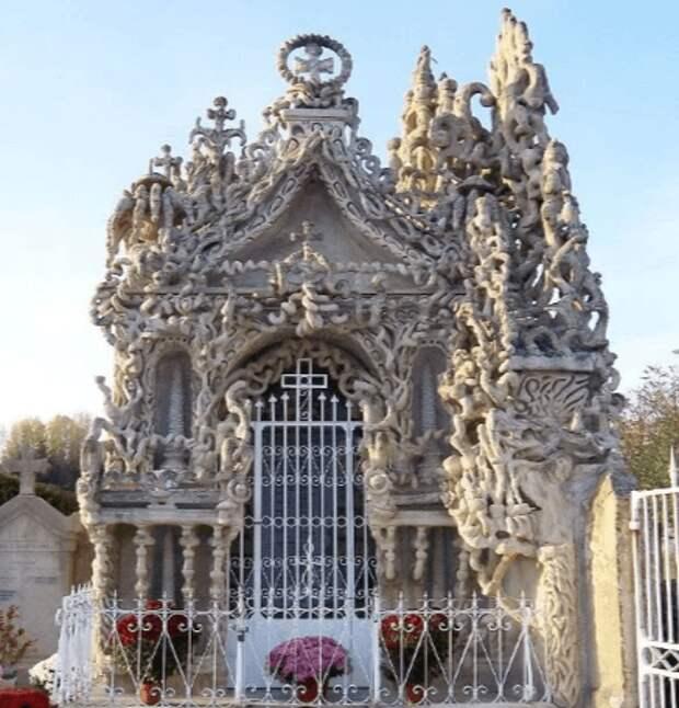 Почтальон за 33 года построил замок своими руками