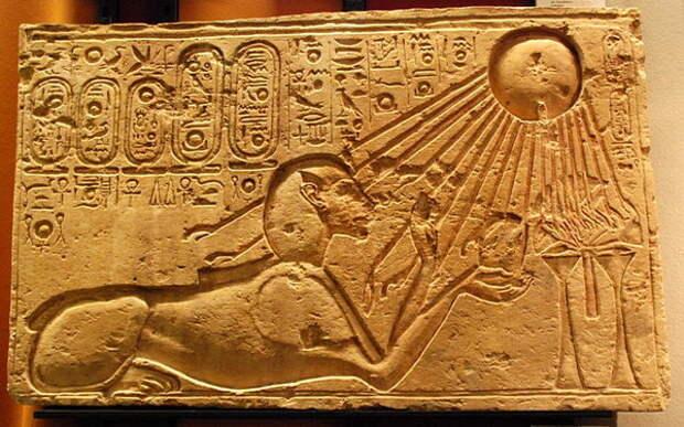 Эхнатон в образе сфинкса поклоняется Атону. Слева картуши с именами Атона и Эхнатона.