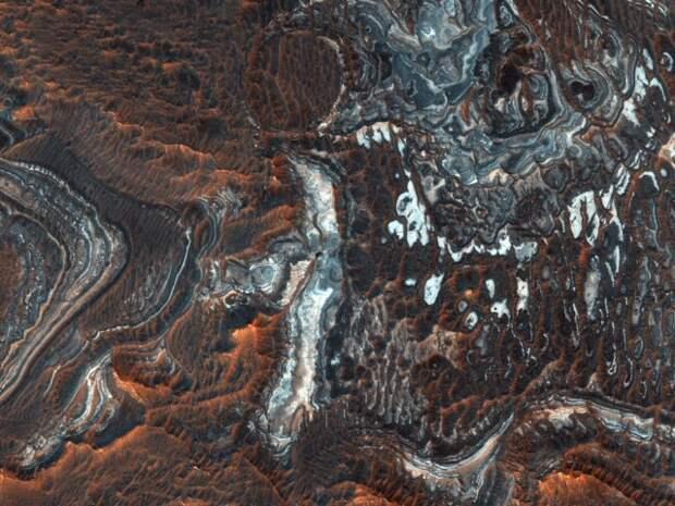 NASA опубликовало впечатляющие фотоснимки каньонов на Марсе