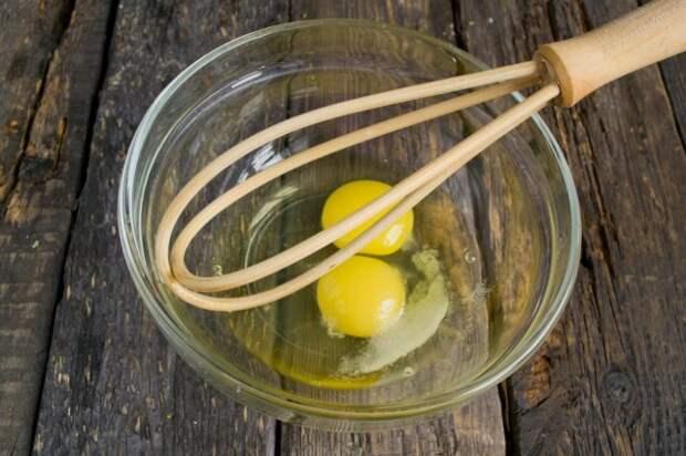 Смешиваем в миске яйца, соль и сахар