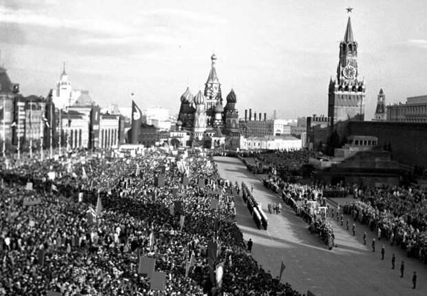 Тысячи людей пришли поприветствовать премьер-министра Республики Куба Фиделя Кастро на Красной площади, СССР, 1963 год. история, ретро, фото