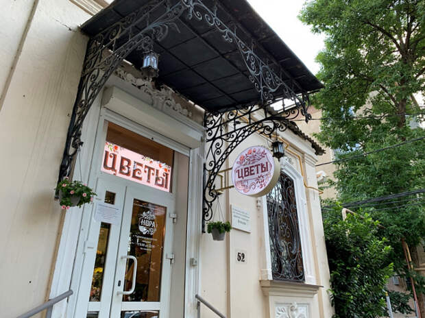 В Краснодаре демонтируют незаконные рекламные вывески с фасадов исторических зданий