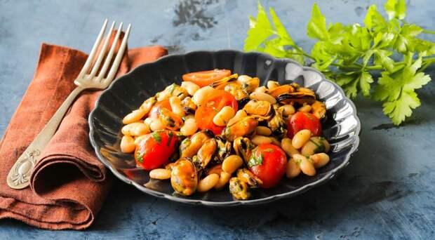 Теплый салат из мидий с фасолью
