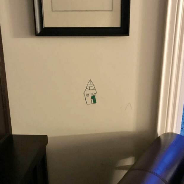 Ребенок нарисовал на обоях картину, но мама не разозлилась!