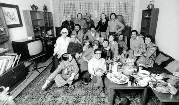 Редкие кадры советских знаменитостей вовремя застолья