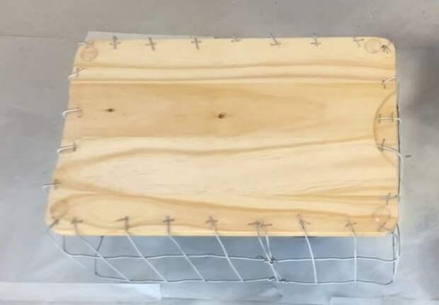 Полезная вещица для дома из садовой сетки и разделочной доски