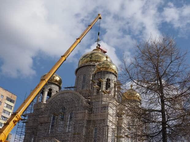 Видео: на строящийся в Ростокине храм установили кресты
