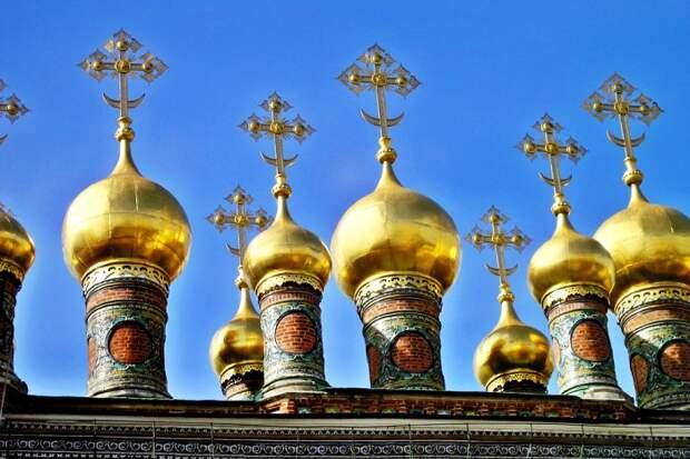 На российских просторах православные храмы практически всегда увенчаны именно куполами такой формы. /Фото: rbth.com