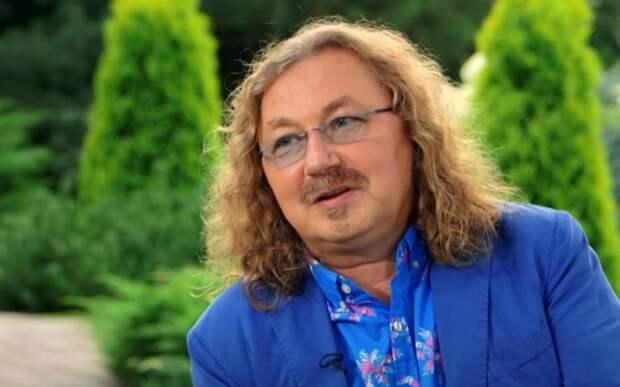Игоря Николаева сняли развлекающимся в компании молодых девушек: композитор выглядел очень странно