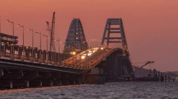 Старт дан: по Крымскому мосту поехали первые грузовые автомобили