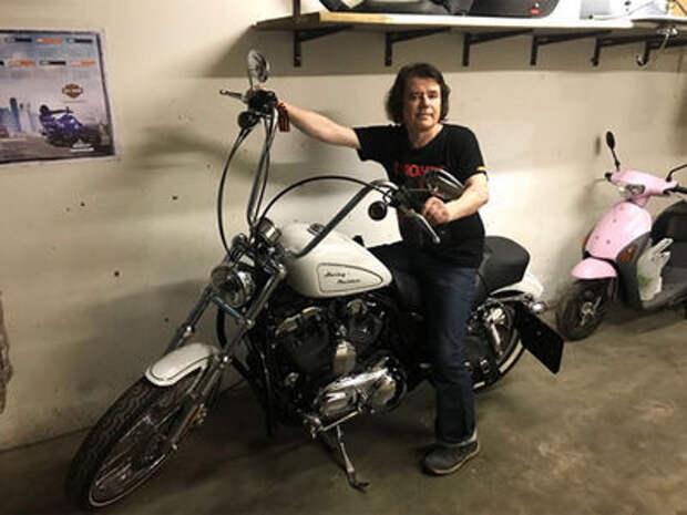 Евгений Осин купил мотоцикл, упал с него и поехал в ГИБДД