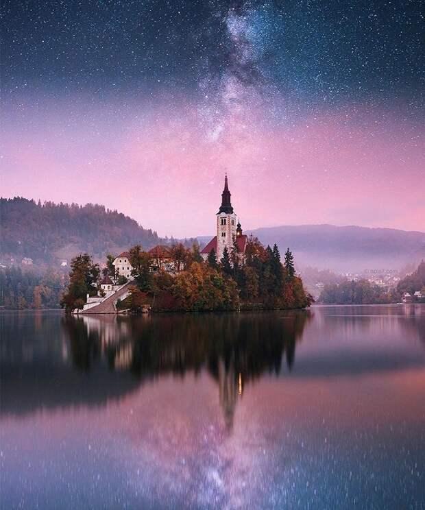 Старинный замок с башнями, окруженный тихими водами, поражает необычностью и сказочным видом.