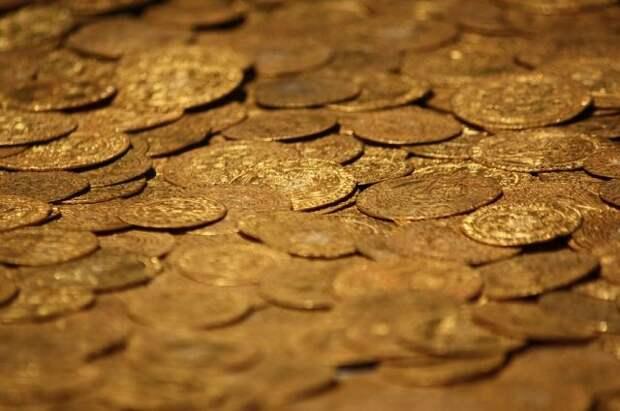 Житель Москвы лишился золотых монет на 15 млн рублей
