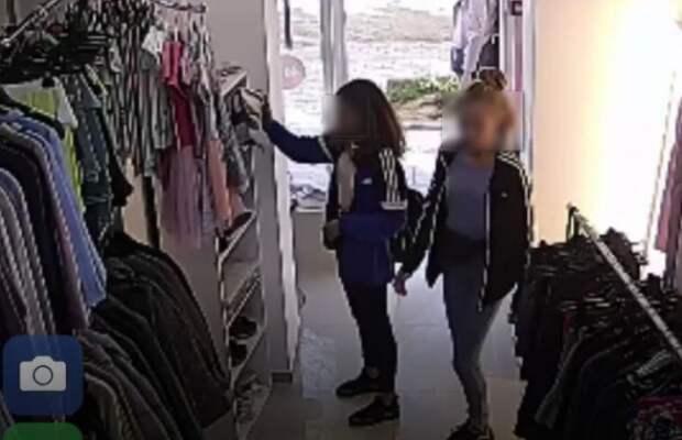 Севастопольских воровок зафиксировала камера видеонаблюдения (ФОТО)