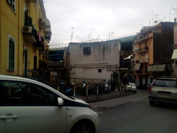 Нищета по-итальянски. Удивилась, когда увидела как живут обычные люди в Италии в окружении грязных подворотен