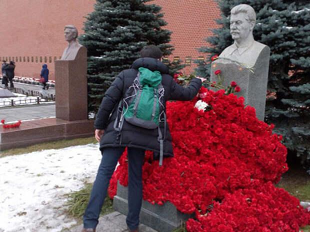 Цветы на могиле Сталина