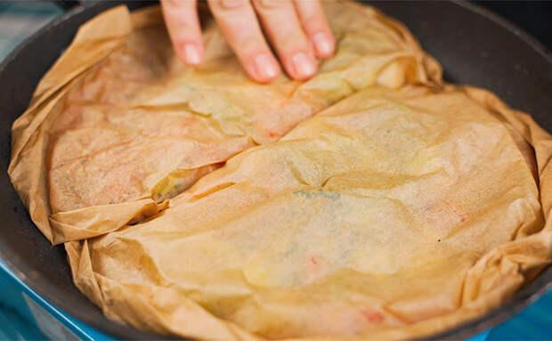 Жарим курицу с овощами в бумажном конверте: оставляем сковороду сухой, но получается сочно