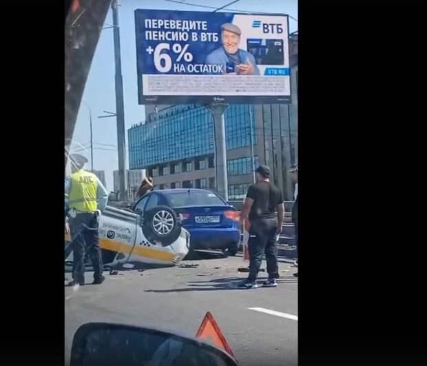 В ДТП на Звенигородском шоссе перевернулось такси