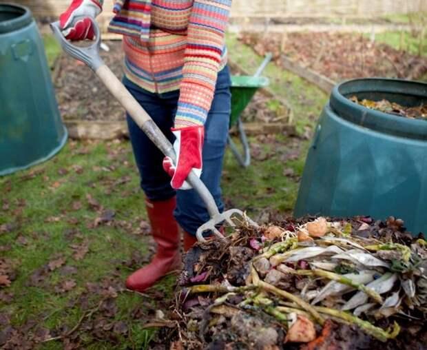 Важным этапом при создании качественного компоста является процесс естественной вентиляции, усилить которую можно, переворачивая слои время от времени