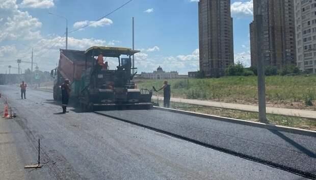 Рабочие завершают строительство нового участка дороги на улице 43 Армии