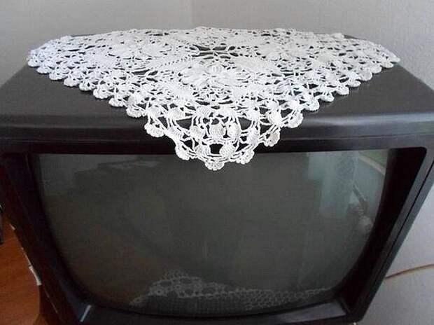 Что? Без ажурной салфетки на телевизоре он может работать?