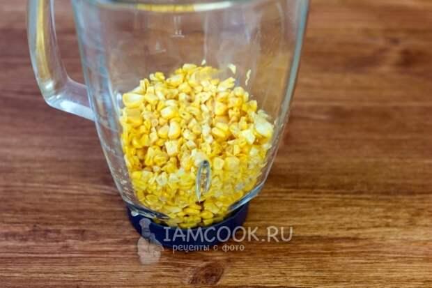 Положить зерна кукурузы в блендер