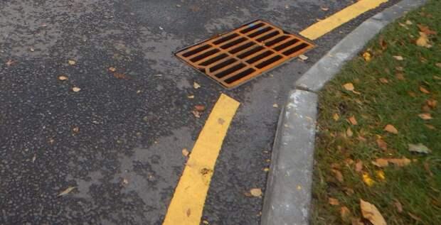 На Твардовского украли решетку для водостока с проезжей части