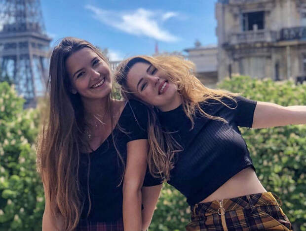 Женщину уволили с работы за фото с подругой в бикини