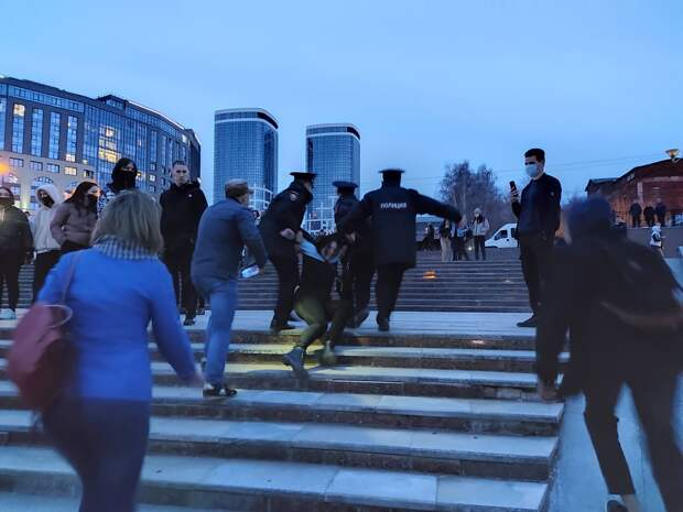 Задержания на митинге в Ижевске, возможное продление майских праздников в России и впервые добытый кислород на Марсе: что произошло минувшей ночью
