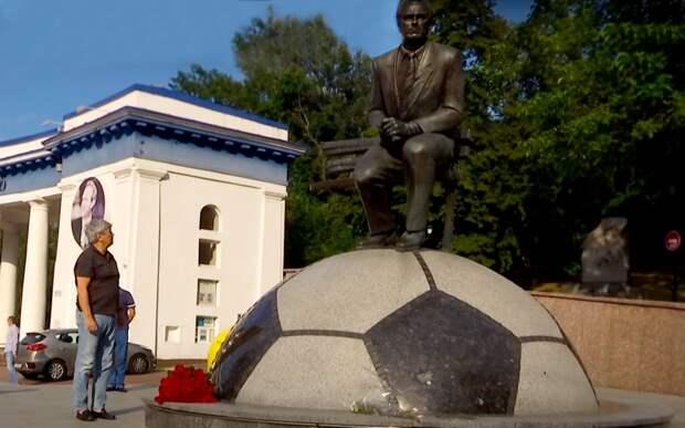 Луческу возложил цветы к памятнику Лобановскому и назвал его одним из лучших тренеров в истории футбола