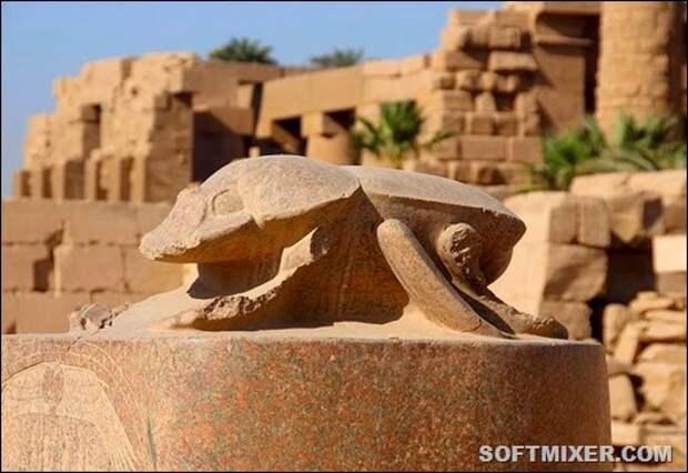 Статуя-скарабея-в-Карнакском-храмовом-комплексе