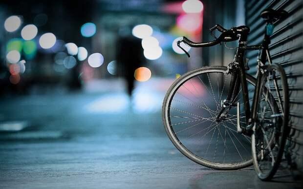 На Дубнинской улице велосипедист попал под машину
