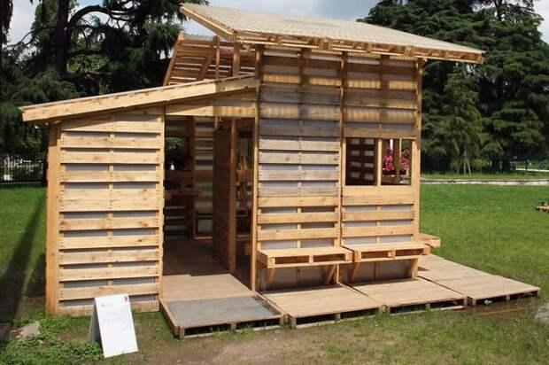 Из деревянных поддонов можно соорудить целый дом. /Фото: archzine.fr