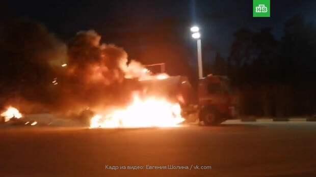 Пылающий на автозаправке в Подмосковье бензовоз сняли на видео