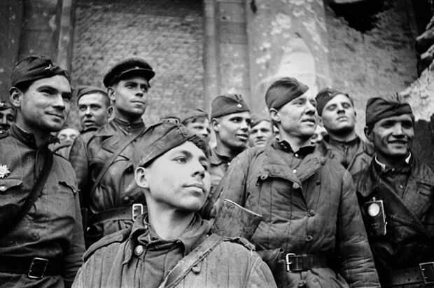 """Командующий обороной Берлина сам сообщил, что Гитлера больше нет, и военные """"оставлены одни"""""""