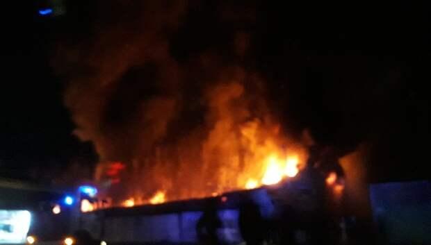 Открытое горение ликвидировали в строении в Подольске