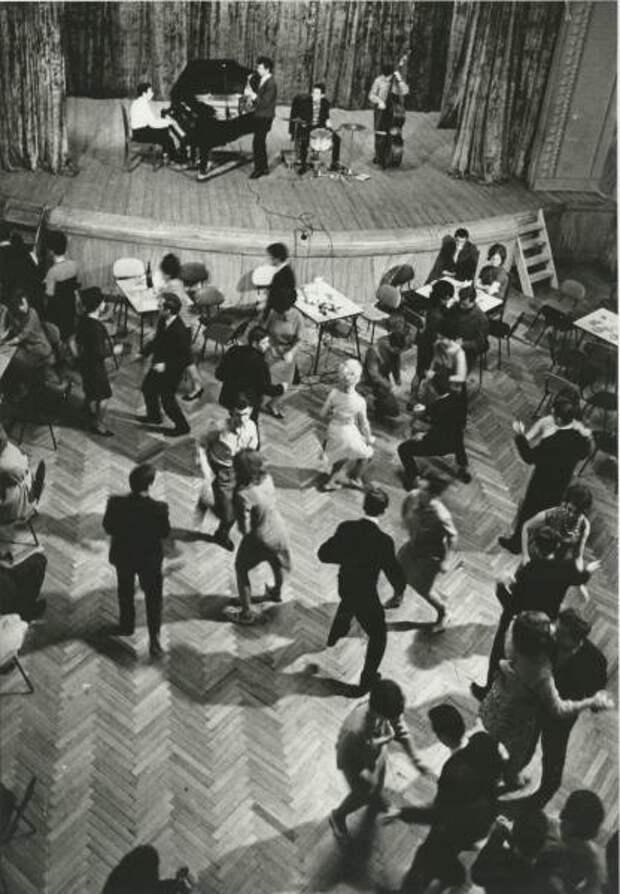 Твист в рабочем клубе. Дмитрий Бальтерманц, 1960-е, из архива МАММ/МДФ.