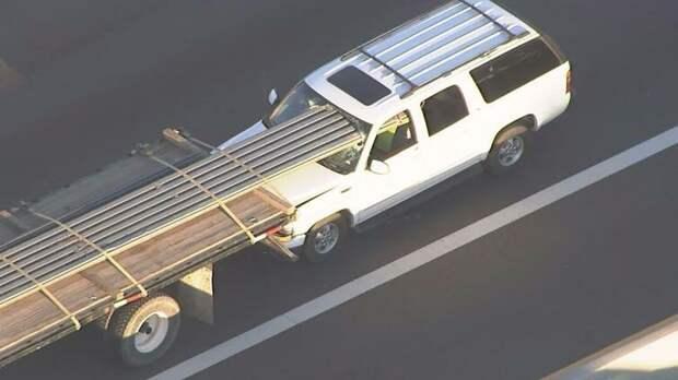 Трубы пробили лобовое стекло автомобиля и прошли до заднего сиденья, но, как сообщается, водитель остался жив авто, в мире, дорога, за рулем, опасно, подборка, прилетело