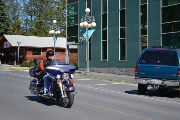 Для мотоциклистов тут тоже созданы все условия автомобили, аляска, анкоридж, горы, дороги, сша, сюард