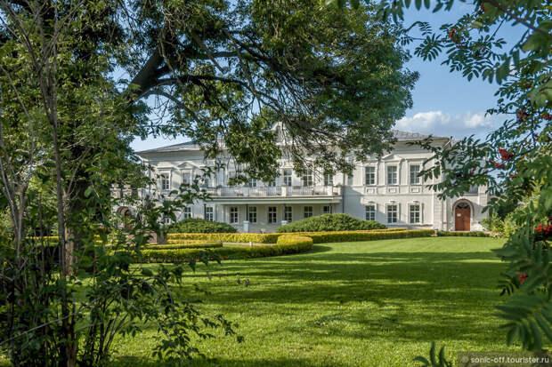 Музей-усадьба Д.В. Веневитинова – комплекс жилых, хозяйственных и парковых построек ХVІІ – начала ХХ веков. В настоящее время общая площадь музея-усадьбы около трёх гектаров и включает в себя двухэтажный особняк, флигель и парковую зону.