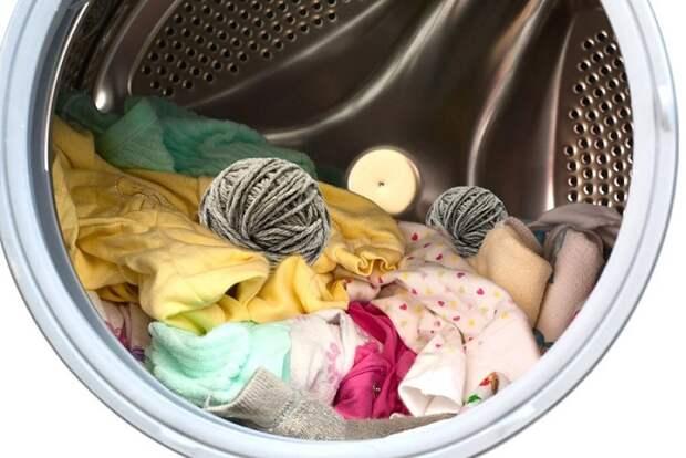 Клубок шерсти подарит постиранным вещам мягкость. / Фото: огородсад.рф