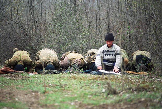Лагерь чеченских вооруженных формирований в горах. Чечня, март 1995 года