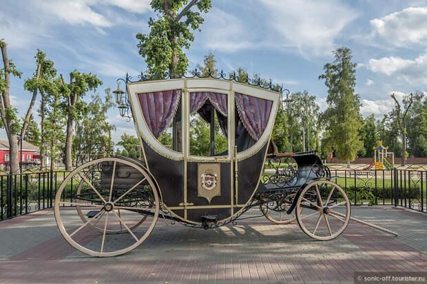 Памятник Карете - копия кареты семьи Ольденбургских установлена в 2013 году недалеко от дворцового комплекса.