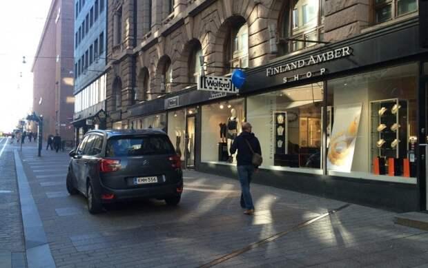 Нарушитель в Хельсинки: машина на пешеходной части,, фото автора
