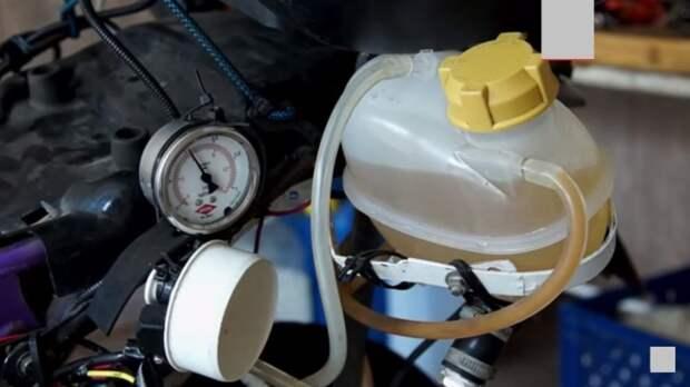 Бачок с водой и манометр, указывающий давление водорода в баке. | Фото: youtube.com.