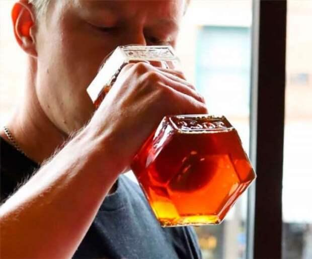 Бутылка пива в форме гантели