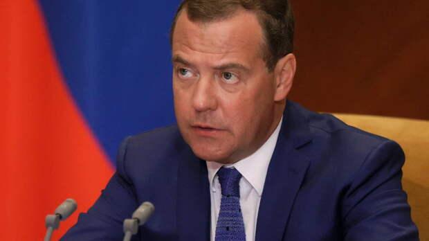 Медведев напомнил россиянам про зарплаты в $50