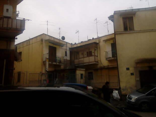 Обычный вид на улицу в итальянском городе.