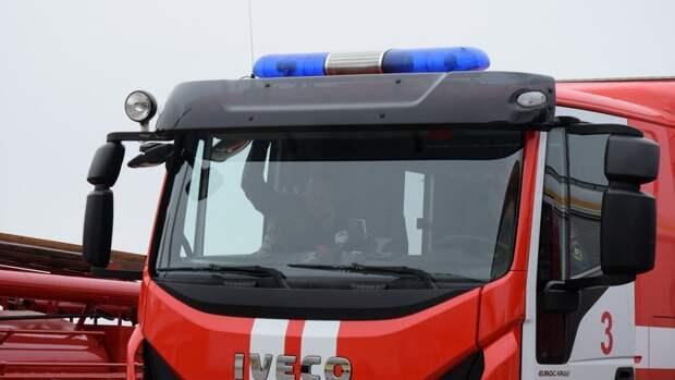 В Волгограде у остановочного павильона сгорел грузовик
